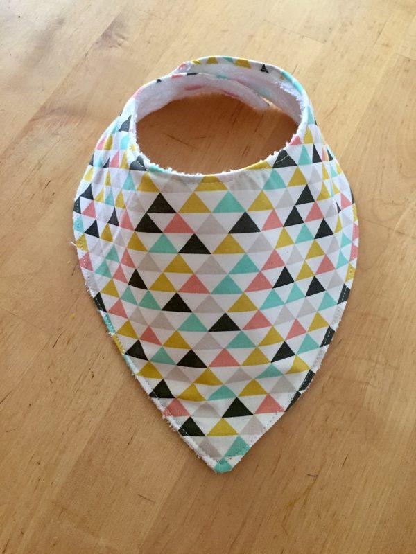 bavoir en forme de bandana fait main par maman cactus, imprimé triangle multi-couleur