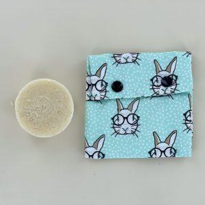 Sac à savon Maman Cactus en coton et Pul, pratique et légers. Emmenez votre savon en voyage, randonné ou pique-niques entre amis. Fermeture par pressions.