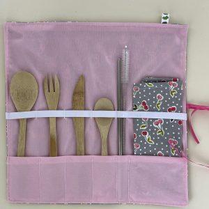 Set de couverts nomades pour manger partout. Fourchette, couteau, cuillère, serviette et paille pour un repas zéro dechet, comme à la maison.